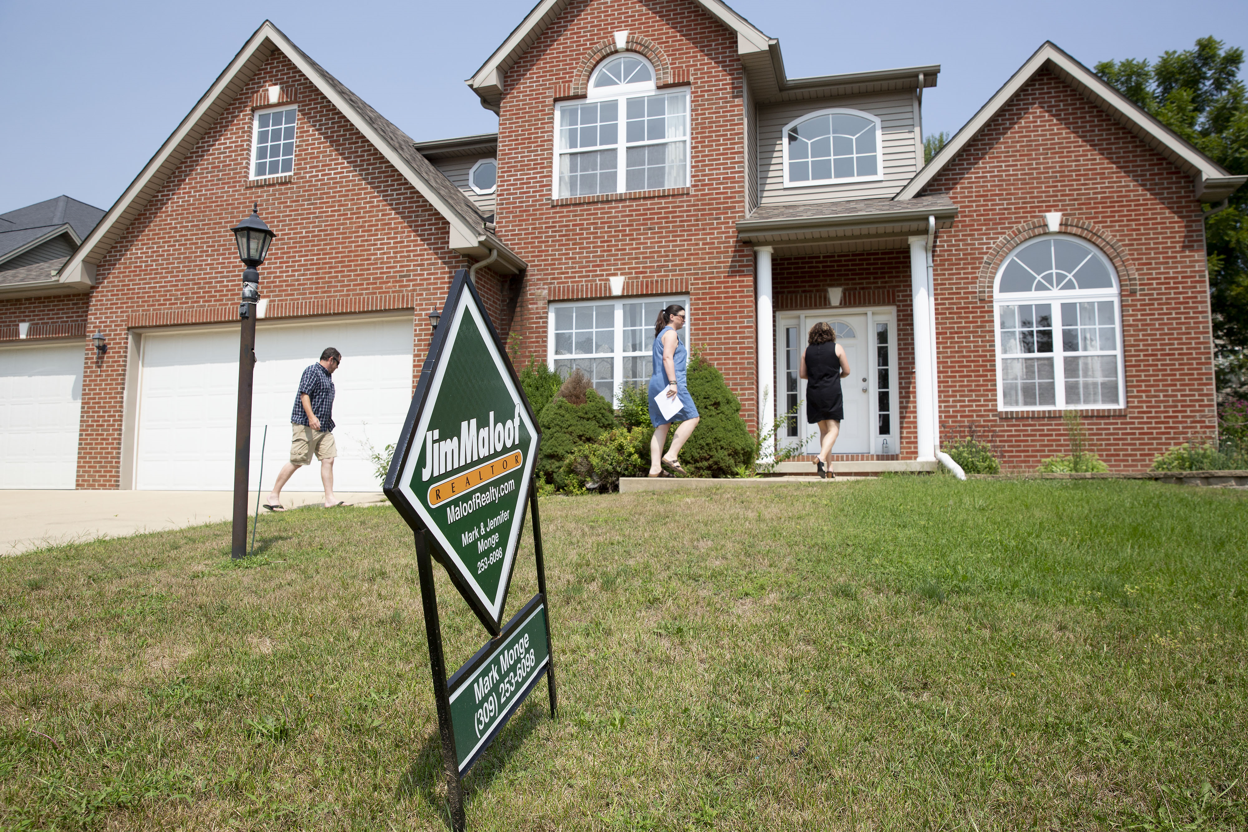 d03e3c9364faa4 bloomberg-house-sign-sale.png
