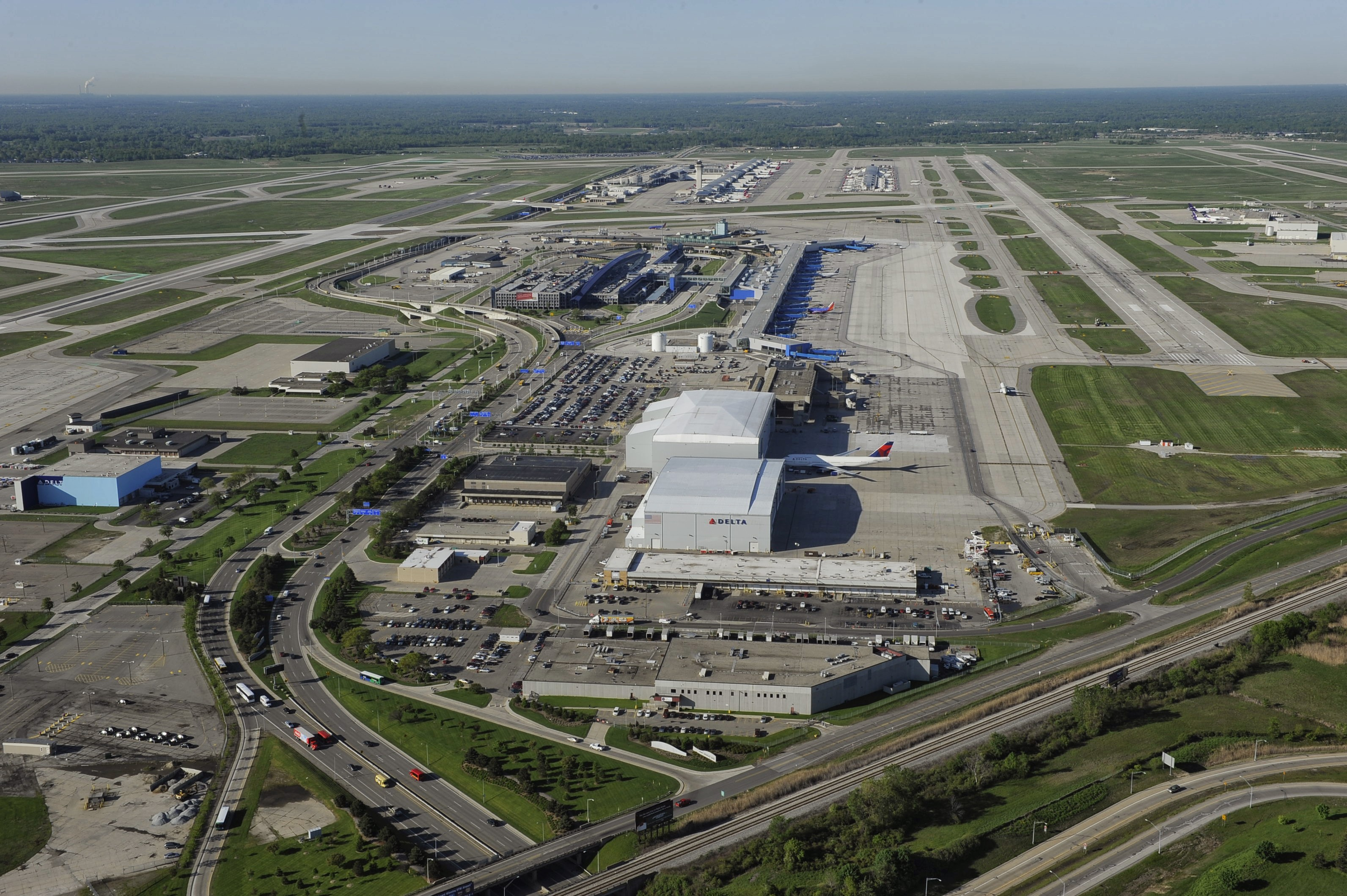 https://assets.sourcemedia.com/5c/76/77fac4df4aa485853506c548770f/detroit-metropolitan-airport.jpg
