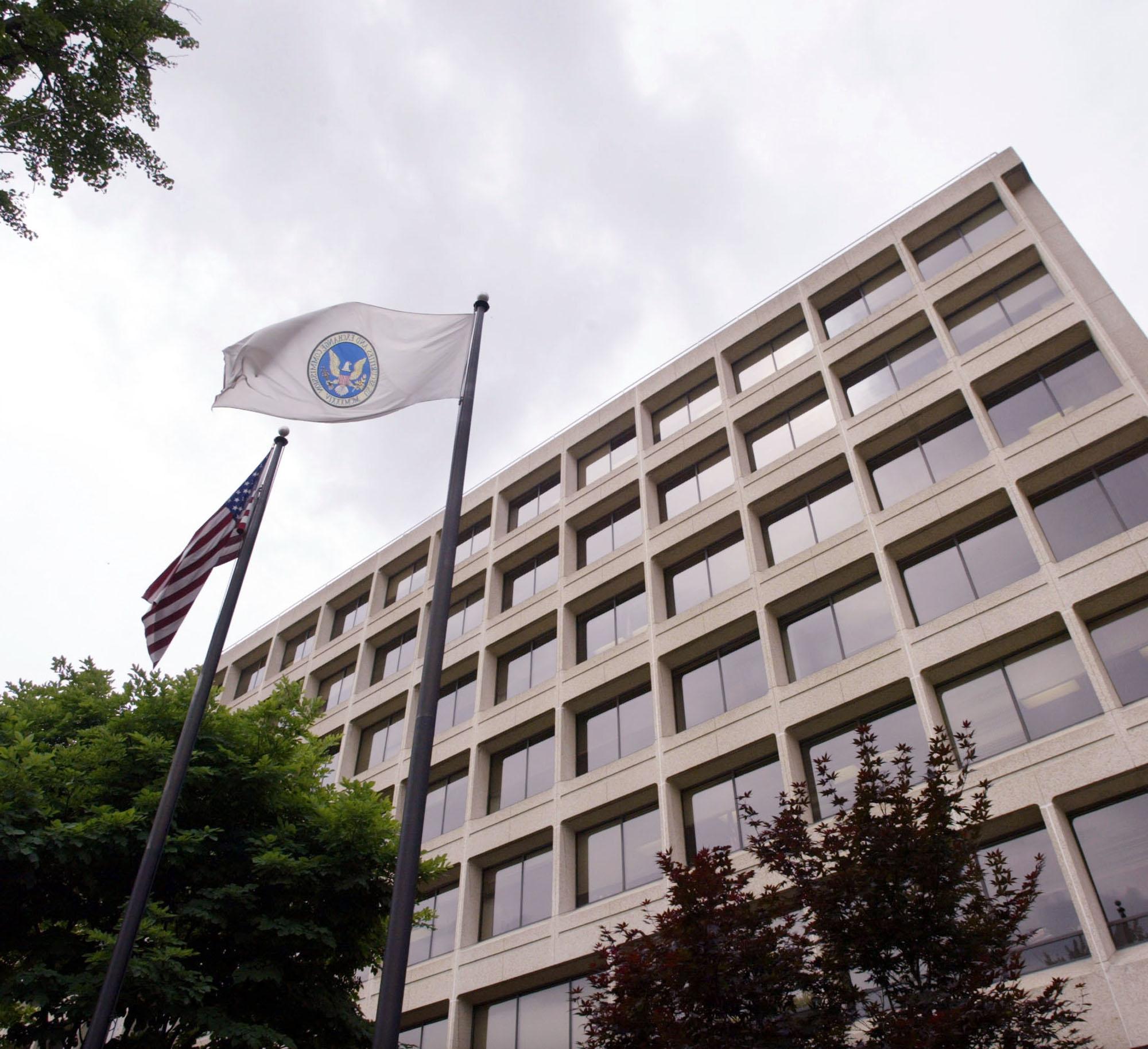 https://assets.sourcemedia.com/64/b9/f7404254408f91cd87e984078ddd/sec-office-headquarters-flag-building.JPG