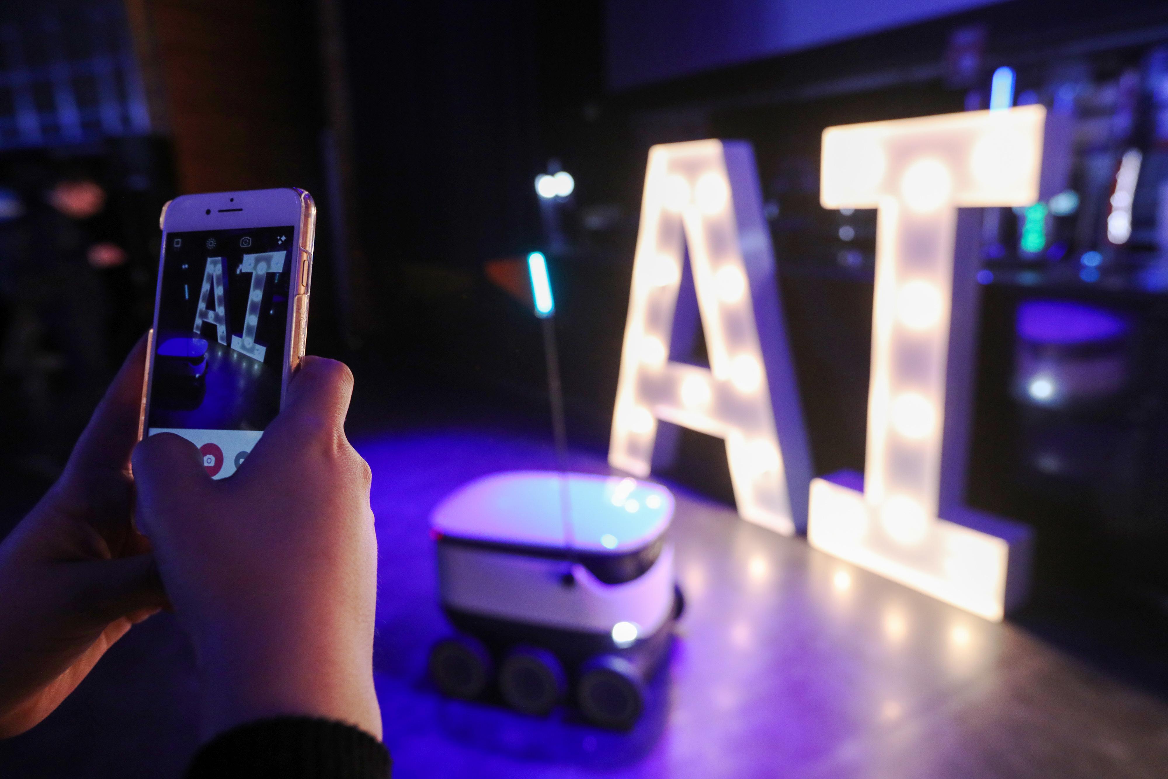 https://assets.sourcemedia.com/6a/10/7cea0ec24d09a4ca75430f3ac5c2/artificialintelligence.AI.Bloomberg.jpg