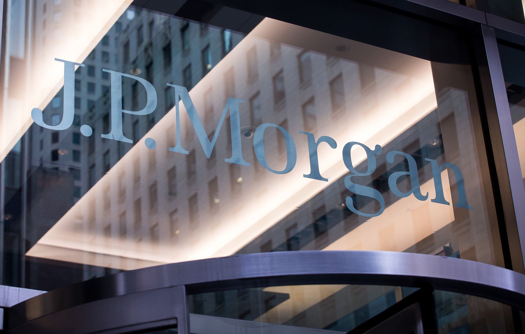 https://assets.sourcemedia.com/90/e7/6dfc570249f8bffc30f8f3a4ad83/jpmorgan-glass-sign-bloomberg-news.jpg