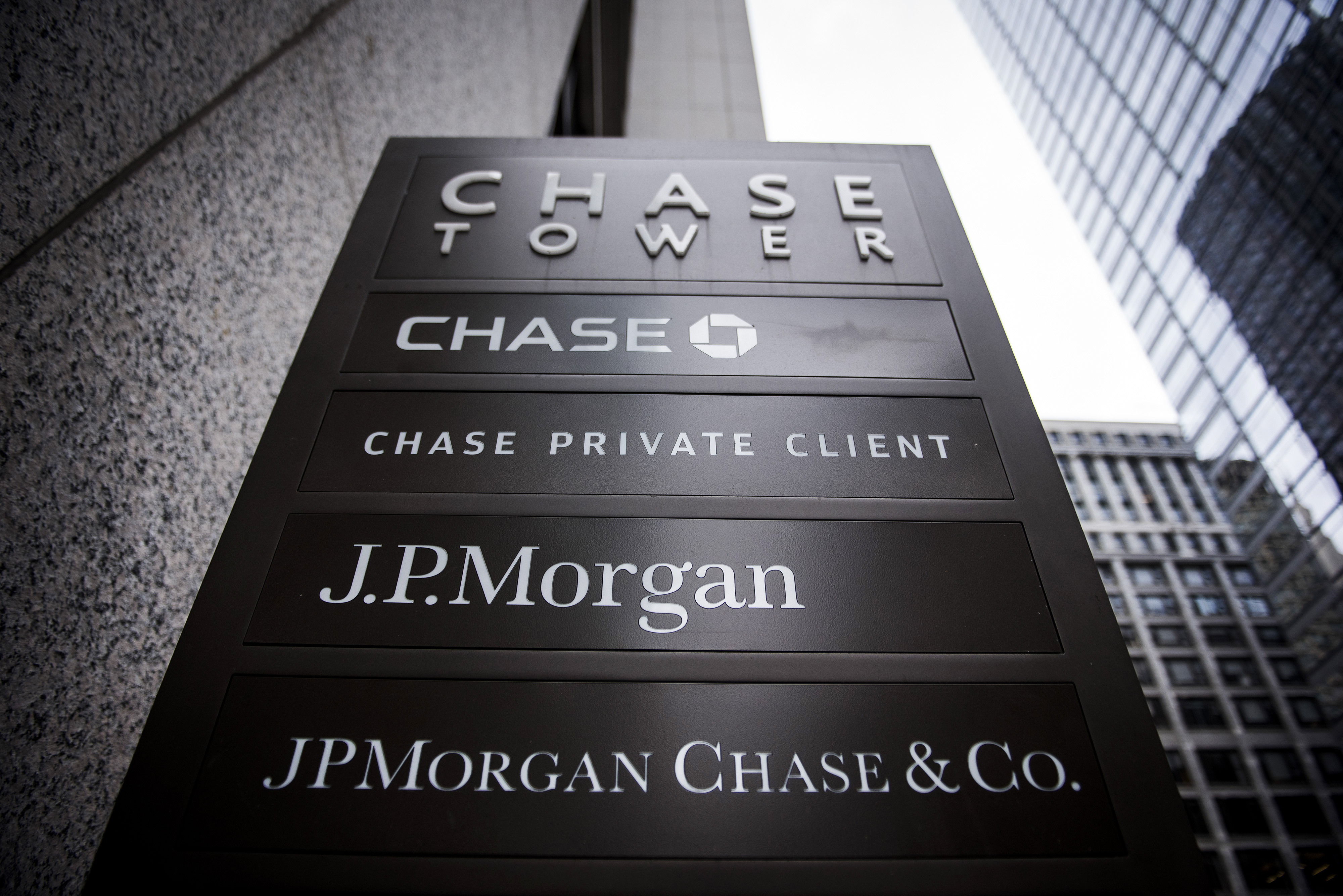https://assets.sourcemedia.com/b7/5b/46478ab4491d9e6b7d0031a46475/close-up-of-signage-stands-on-display-outside-the-jpmorgan-chase-tower-in-downtown-chicago-oct.%207,%202017.jpg